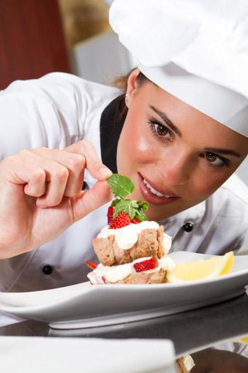cocinera emplatando postre