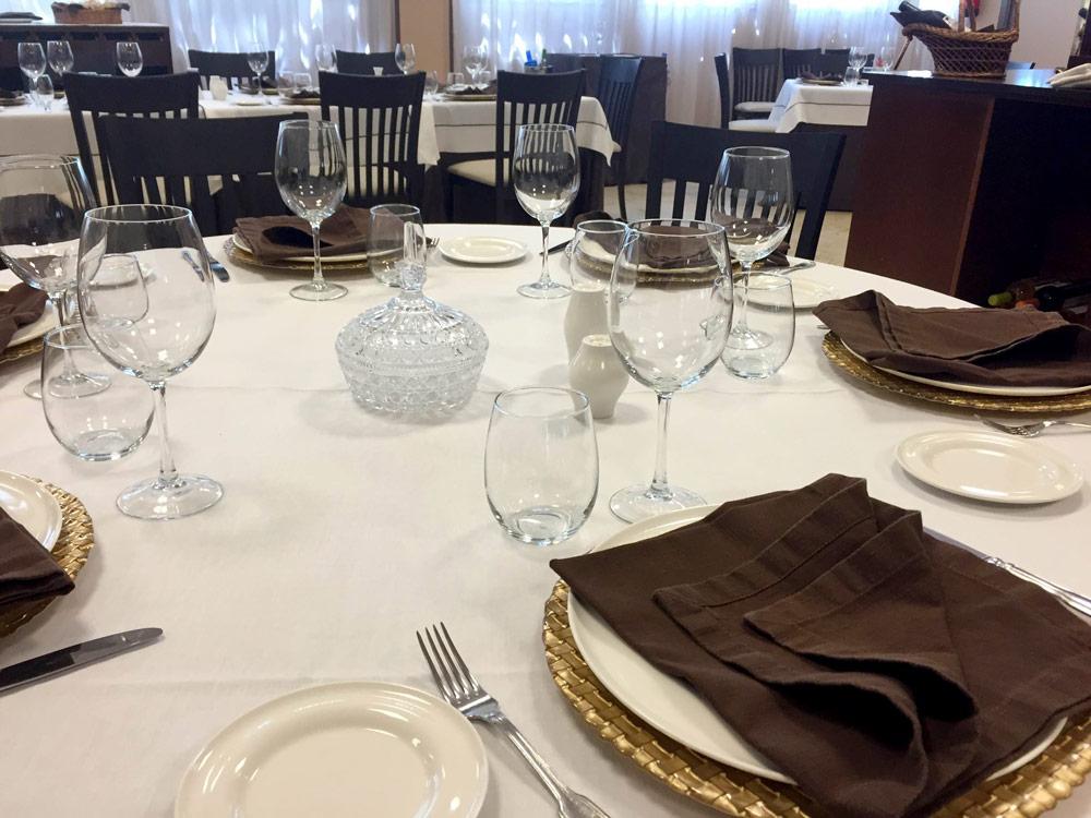 montaje de mesa para comida de evento preparada por personal de Recosem ETT