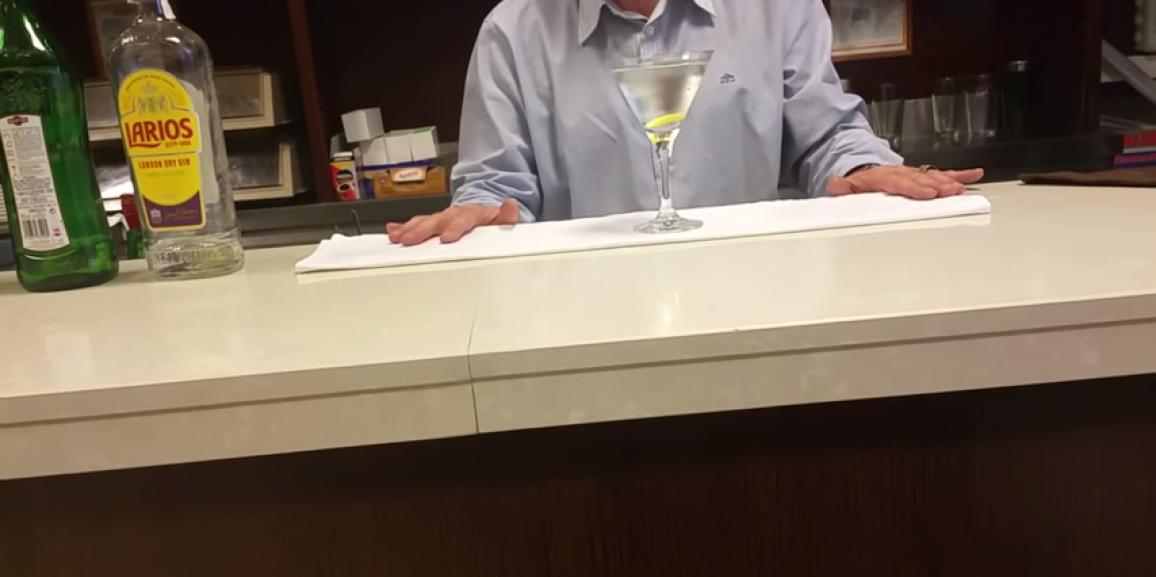 Elaboración profesional de un Dry Martini